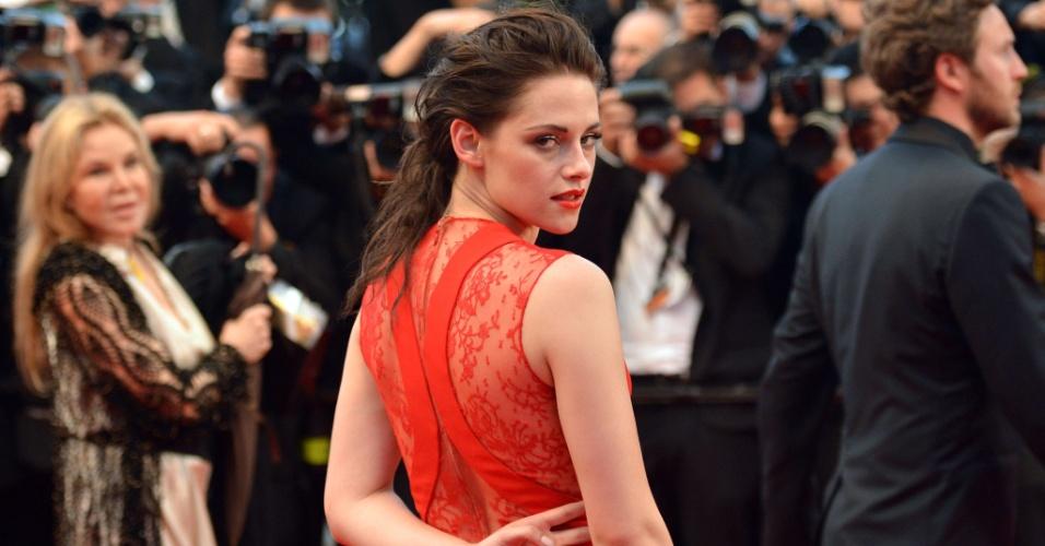 """A atrz Kristen Stewart posa para fotos ao chegar à exibição do filme """"Cosmopolis"""" no Festival de Cannes 2012 (25/5/12)"""