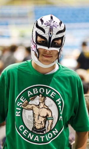 Adolescente usa máscara e camiseta de John Cena, o bonzinho mais famoso do WWE atualmente