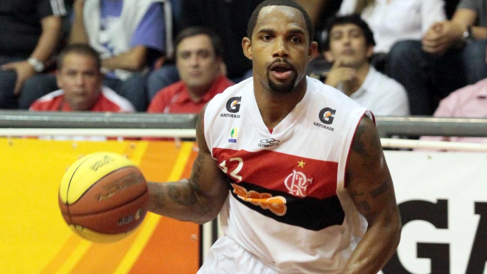 Americano David Jackson conduz a bola para o Flamengo no duelo contra São José, no Rio