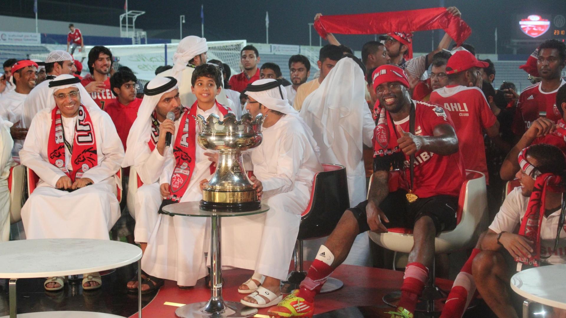 Atacante Grafite comemora título da Copa Etisalat pelo Al-Ahli