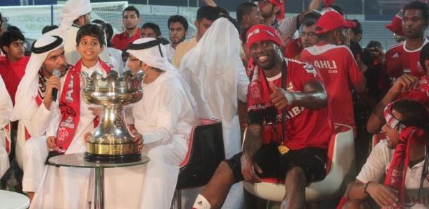 Atacante Grafite comemora título da Copa Etisalat pelo Al-Ahli, em Dubai