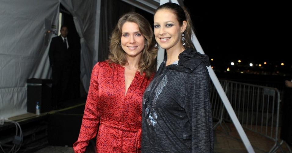 Atriz Letícia Spiller posa ao lado da colega de profissão, Luana Piovani, no Fashion Rio 2013 (24/5/12)