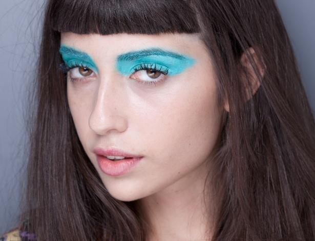 Além da cor vibrante, a sombra ganhou destaque por ser aplicada até em cima das sobrancelhas das modelos