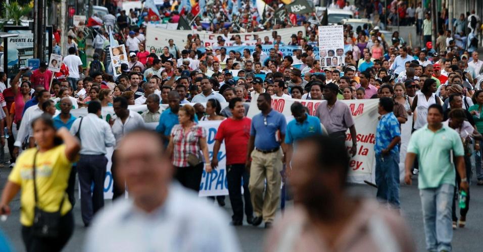 Centenas de pessoas marcham durante protesto na Cidade do Panamá