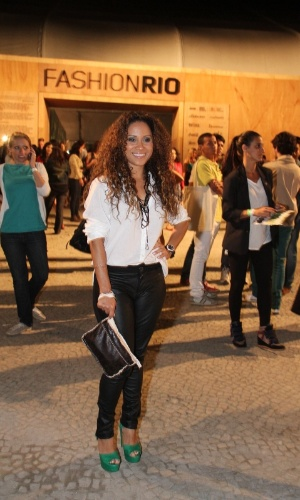 Cinara Leal confere o quarto dia de desfiles do Fashion Rio (25/5/12). O evento de moda acontece no Jockey Club, zona sul do Rio