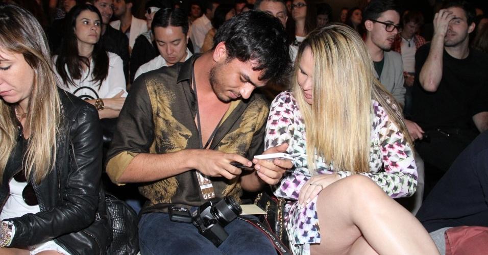 Cristina Mortágua e o filho Alexandre Mortágua conferem o quarto dia de desfiles do Fashion Rio (25/5/12). O evento de moda acontece no Jockey Club, zona sul do Rio