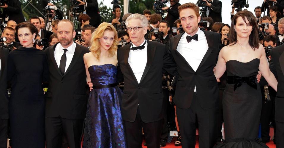 """Da esquerda para a direita, os atores Emily Hampshire, Paul Giamatti e Sarah Gadon, o diretor David Cronenberg e os atores Robert Pattinson e Juliette Binoche posam para fotos antes da exibição de """"Cosmopolis"""" no Festival de Cannes 2012 (25/5/12)"""