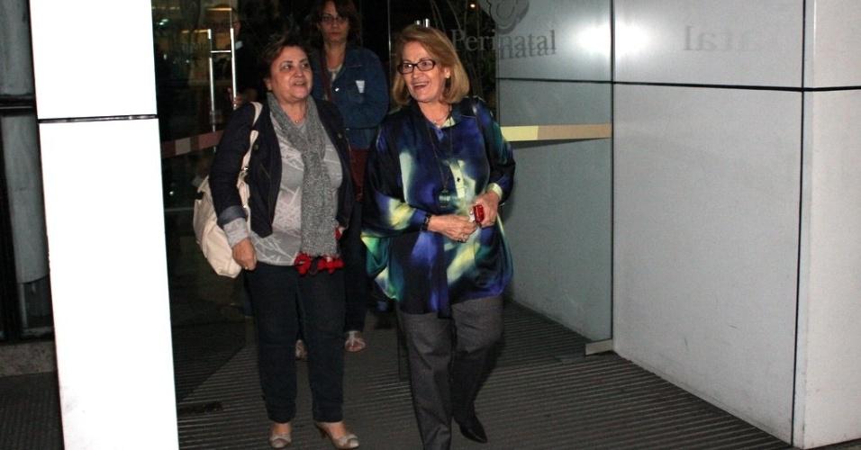 Dona Angelina, mãe da apresentadora Angélica, deixa a maternidade após visitar Sofia, filha de Grazi Massafera e Cauã Reymond (25/5/12)