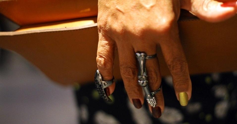 Entre os acessórios, Carmen investe nos anéis com personalidade forte