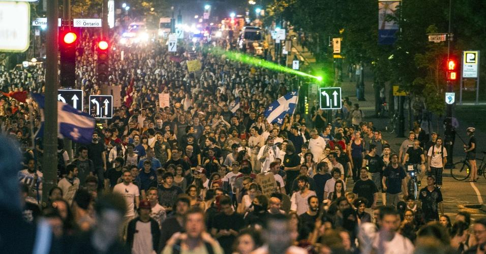 Estudantes marcham durante protesto contra o aumento das mensalidades nas universidades do Canadá, em Montreal