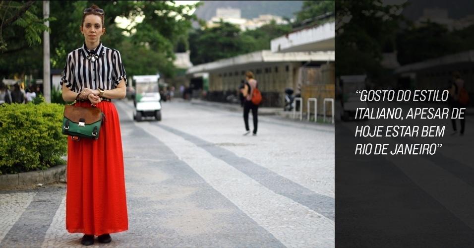 """Fernanda Pianceti, 30, editora da """"Enciclopédia da Moda"""", veste camisa e saia compradas no mesmo dia em uma loja popular em Copacabana. A bolsa é do mercado SAARA e sapato, Queen Shoes (24/05/2012)"""