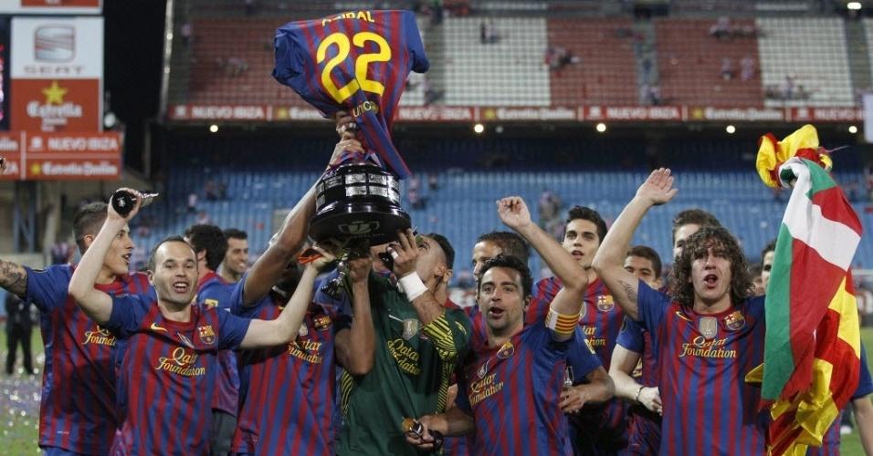 """Jogadores do Barcelona """"vestem"""" troféu da Copa do Rei com a camisa de Eric Abidal"""