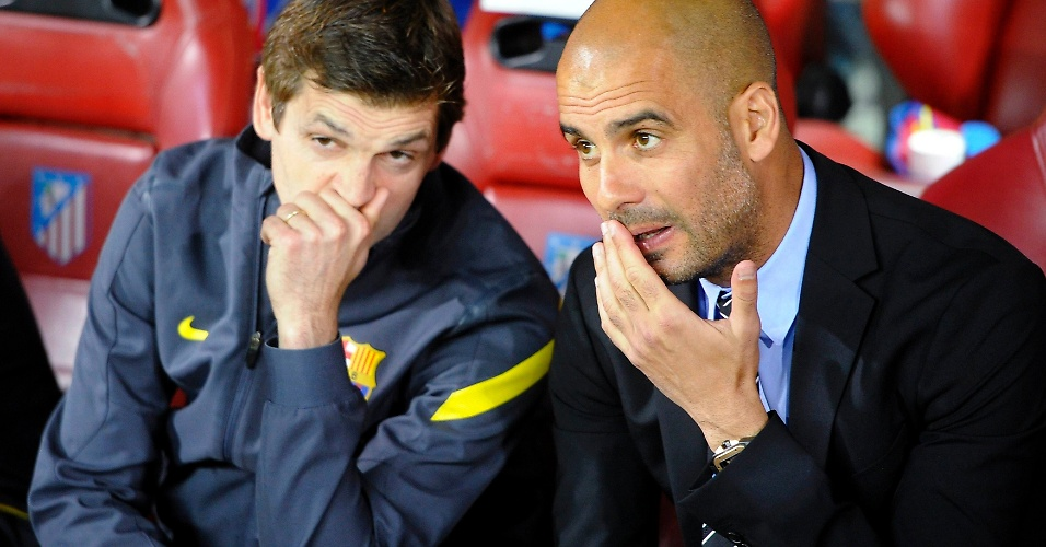Josep Guardiola (d) conversa com o auxiliar Tito Vilanova durante a final da Copa do Rei