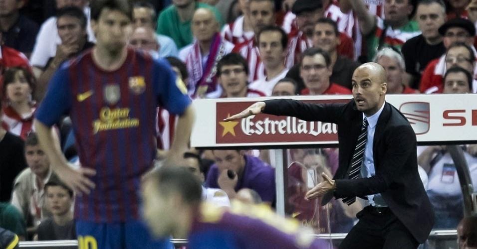 Josep Guardiola passa instruções para os jogadores do Barcelona durante a final da Copa do Rei contra o Athletic Bilbao