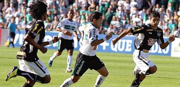 Lance de Coritiba x Botafogo, pelo Brasileiro de 2011