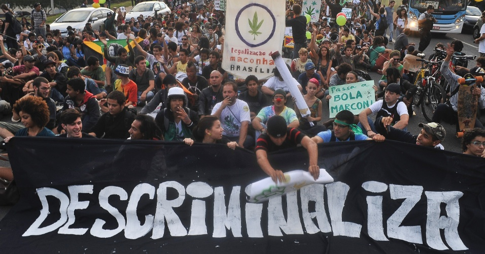 Manifestantes fazem Marcha da Maconha em Bras&#237;lia, nesta sexta-feira (25)