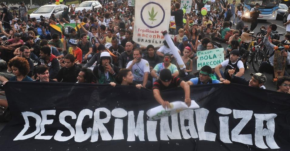 Manifestantes fazem Marcha da Maconha em Brasília, nesta sexta-feira (25)