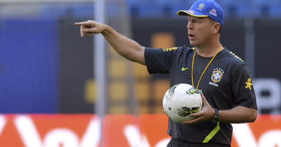 Mano Menezes comanda treino da seleção em Hamburgo