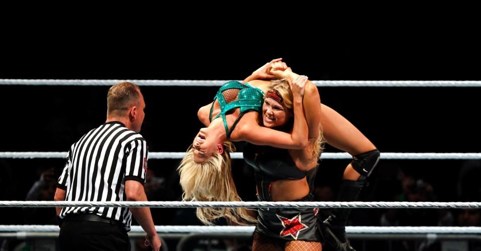 Na única luta feminina da noite, a vilã Beth Phoenix (em pé) venceu Kelly Kelly