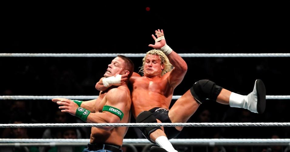 No segundo combate mais importante da noite, o ex-campeão John Cena (esq) bateu Dolph Ziegler