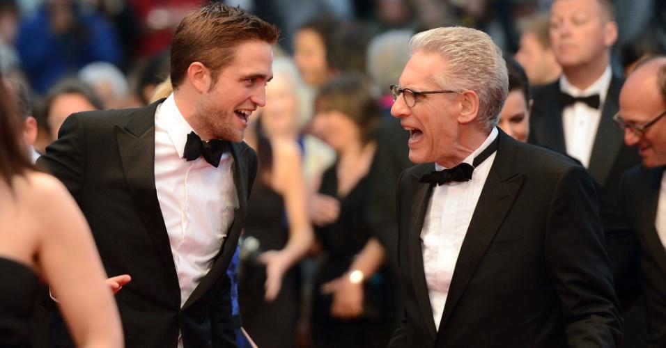 """O ator britânico Robert Pattinson conversa com o diretor canadense David Cronenberg no tapete vermelho da exibição de """"Cosmopolis"""" no Festival de Cannes 2012 (25/5/12)"""