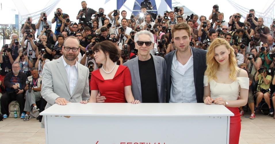 """O ator Paul Giamatti, a atriz Emily Hampshire, o diretor David Cronenberg, o tor Robert Pattinson e a atriz Sarah Gadon na apresentação do filme """"Cosmopolis"""", que concorre na seleção oficial do Festival de Cannes 2012 (25/5/12)"""