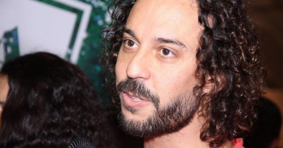 O cantor Gabriel Pensador confere os desfiles do terceiro dia do Fashion Rio (24/5/12)