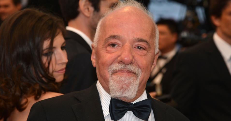 """O escritor Paulo Coelho posa para fotos ao chegar à exibição do filme """"Cosmopolis"""" no Festival de Cannes 2012 (25/5/12)"""