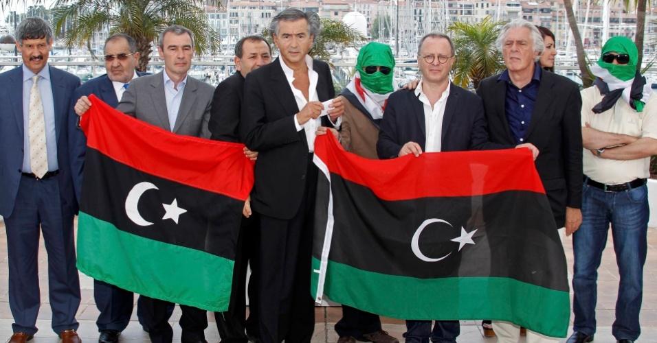 """O filósofo Bernard-Henri Lévy posa em Cannes ao lado de guerrilheiros líbios e sírios para promover seu documentário """"O juramento de Tobruk"""", exibido na competição oficial"""