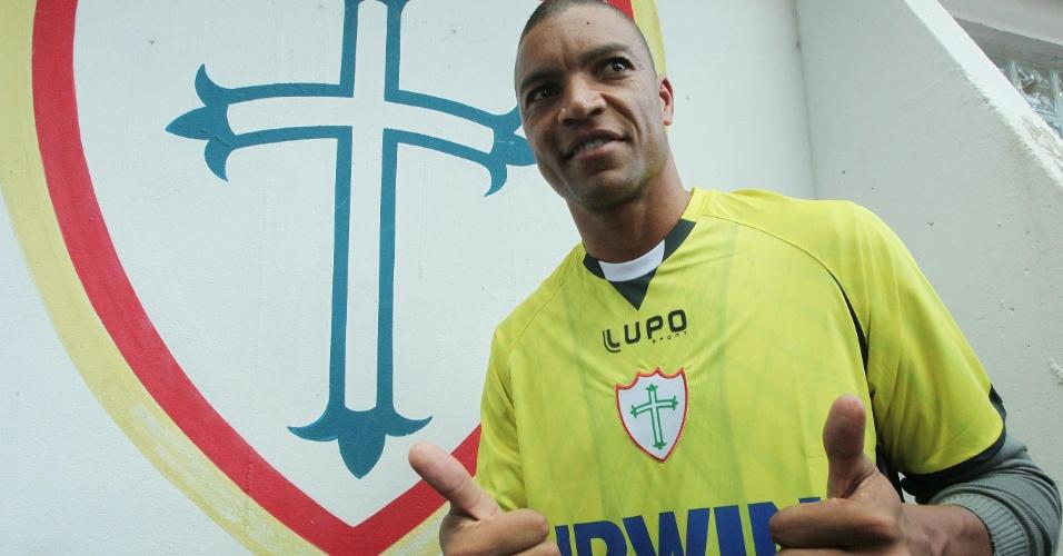 O goleiro Dida durante apresentação após ser contratado pela Portuguesa