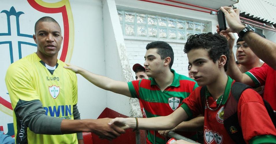 O goleiro Dida durante apresentação na Portuguesa encontra torcedores