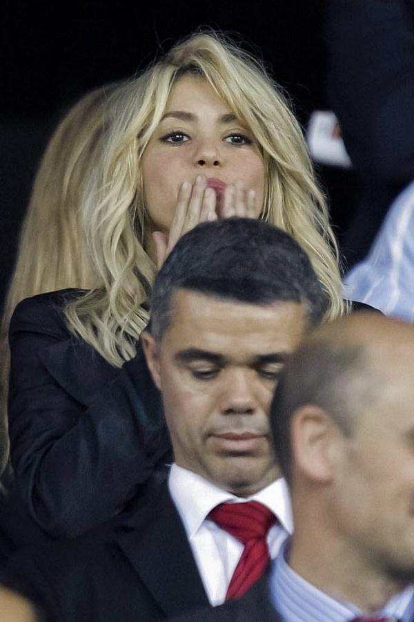 Shakira marca presença nas tribunas do estádio Vicente Calderón na final da Copa do Rei
