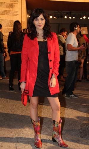 Tainá Muller confere o quarto dia de desfiles do Fashion Rio (25/5/12). O evento de moda acontece no Jockey Club, zona sul do Rio