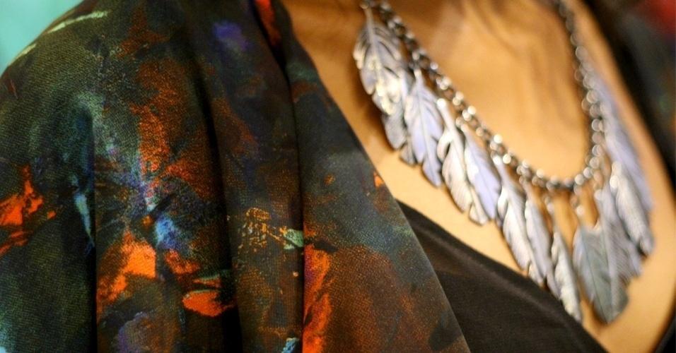 Tatyane combina colar de follhas Farm com cardigã de estampa floral H&M (24/05/2012)