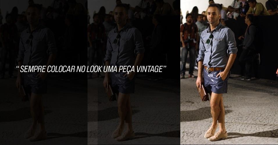 Théo Alexandre, 32, designer de moda, usa camisa Levi's, shorts Alexandre Herchcovitch, sapato NX0 e cinto comprado numa loja ponta de estoque. A bolsa é Ginger Man