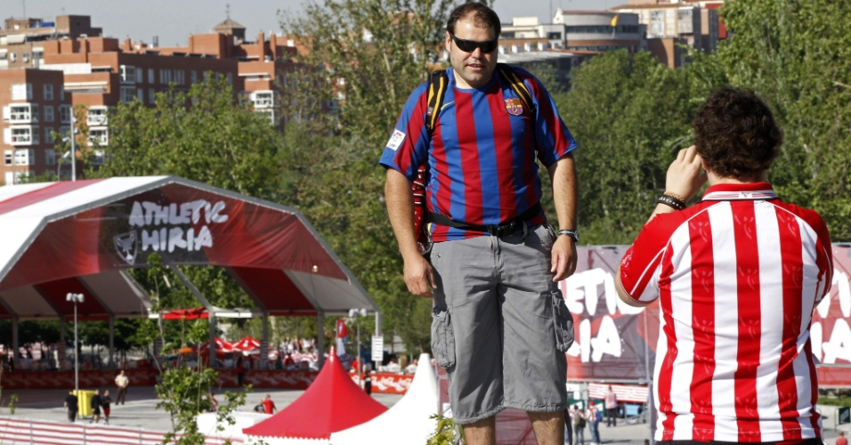 Torcedor do Athletic Bilbao tira foto de fã do Barcelona na Ponte do Rei, onde se reune a torcida do clube basco