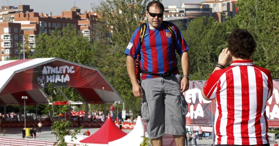 Torcedor do Athletic Bilbao tira foto de fã do Barcelona na Ponte do Rei, onde se reune a torcida do clube basco