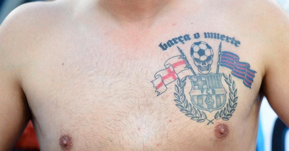 Torcedor exibe sua paixão pelo Barcelona em tatuagem no peito