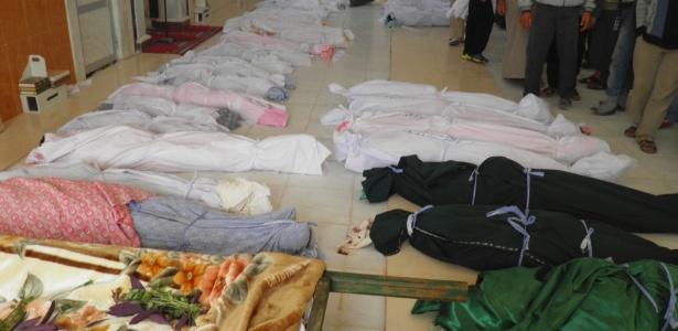 Imagem divulgada neste sábado (26) de corpos enfileirados na cidade de Hula, que ativistas da oposição na Síria dizem ser das vítimas de um ataque das forças do governo que teria matado dezenas de pessoas