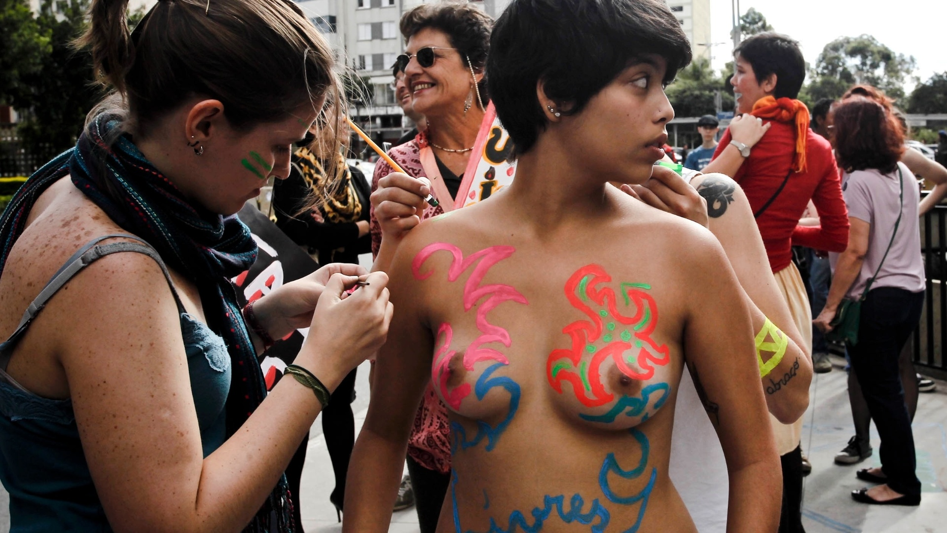 26.mai.2012 - Mulheres pintam o corpo para participar da Marcha das Vadias, na tarde deste sbado (26), em So Paulo. O protesto contra a discriminao sexual e a violncia contra a mulher acontece neste sbado em outras 13 cidades brasileiras