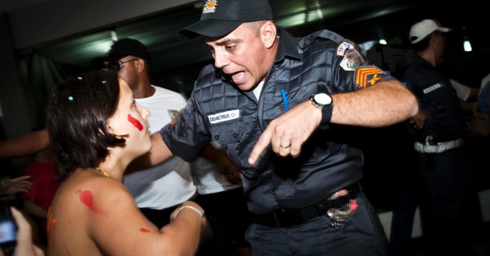 26.mai.2012 - Um princípio de tumulto em frente à Igreja Nossa Senhora de Copacabana precisou da intervenção da Polícia Militar durante a Marcha das Vadias no Rio de Janeiro. Em todo o Brasil, mais de dez cidades organizaram manifestações