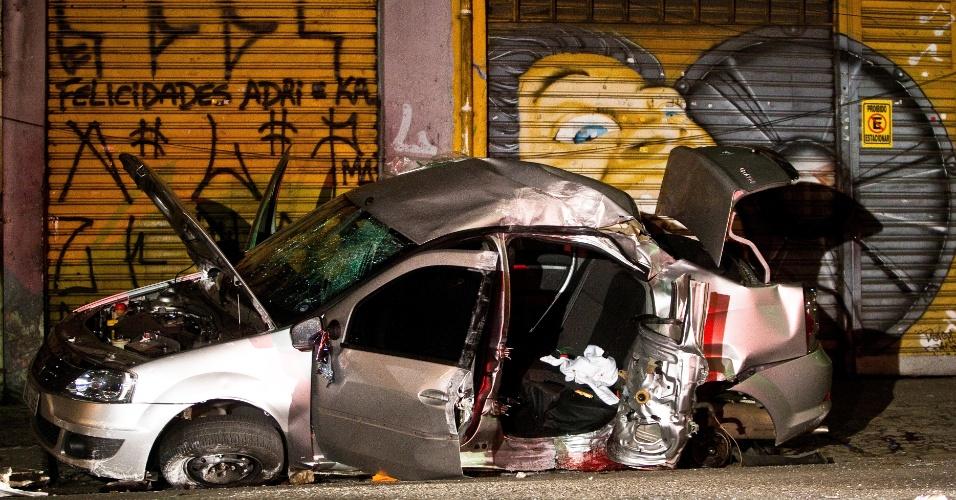 26.mai.2012 - Um Renault Logan ficou destruído depois que bandidos que roubaram o carro perderam o controle ao serem perseguidos pela polícia e bateram contra um poste na rua Luis Mateus, na zona leste