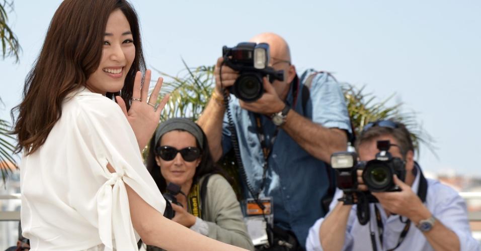 """A atriz sul coreana Kim Hyo-jin posa para os fotógrafos antes da exibição do filme """"The Taste of Money"""" no Festival de Cannes, na França (26/5/12)"""