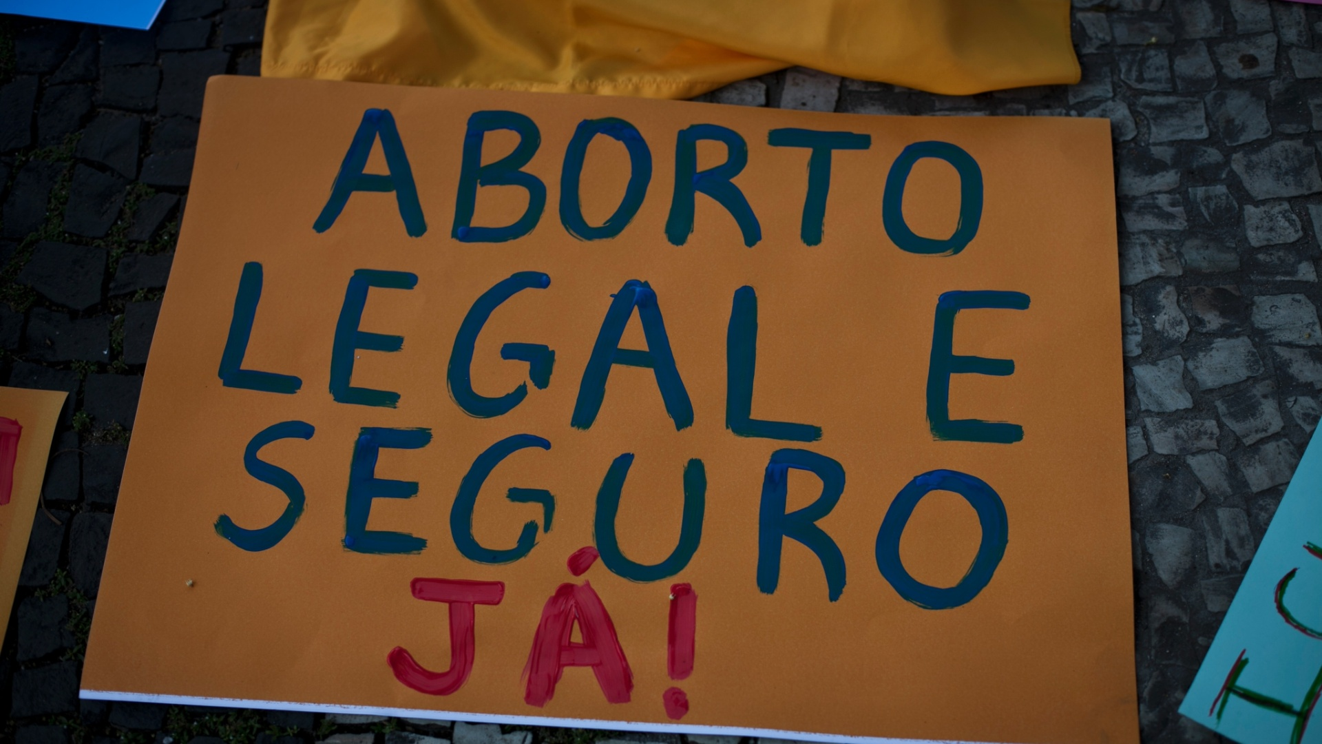  A descriminalizao do aborto foi uma das bandeiras mais recorrentes na Marcha das Vadias pelo Brasil neste sbado (26)