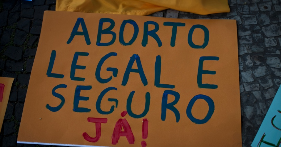  A descriminaliza&#231;&#227;o do aborto foi uma das bandeiras mais recorrentes na Marcha das Vadias pelo Brasil neste s&#225;bado (26)