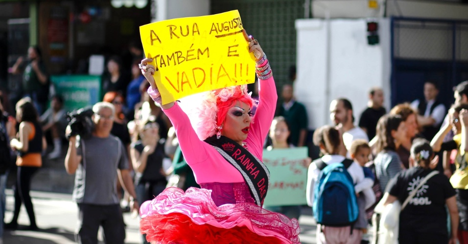 A Marcha das Vadias passou pela avenida Paulista e desceu a rua Augusta, em S&#227;o Paulo, em defesa dos direitos das mulheres