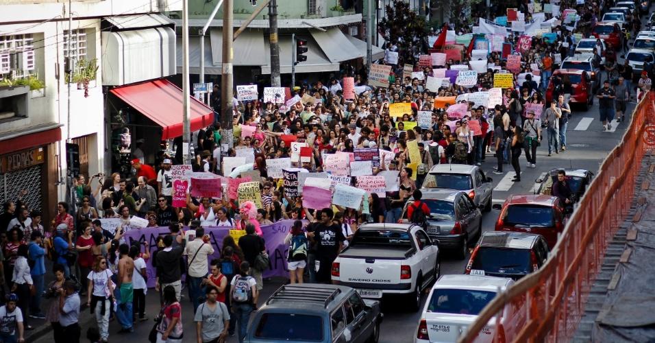 A Marcha das Vadias se mistura ao trânsito do sábado (26) na rua Augusta, em São Paulo