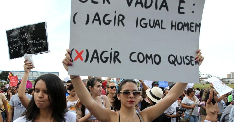 A passeata em Brasília reuniu centenas de pessoas em defesa dos direitos das mulheres