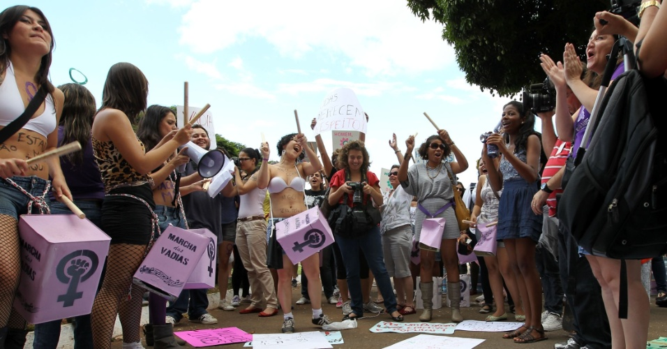 A segunda edição brasileira da Marcha das Vadias acontece neste sábado (26), simultaneamente em 14 cidades do país. Na foto, manifestantes na concentração em Brasília
