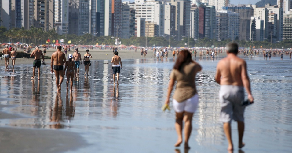 A temperatura alta aumentou o movimento na praia do Jos&#233; Menino, em Santos (SP)